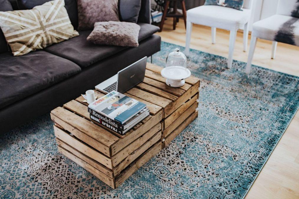 Jak odmienić salon? Stolik ze skrzynek sprawdzi się idealnie!