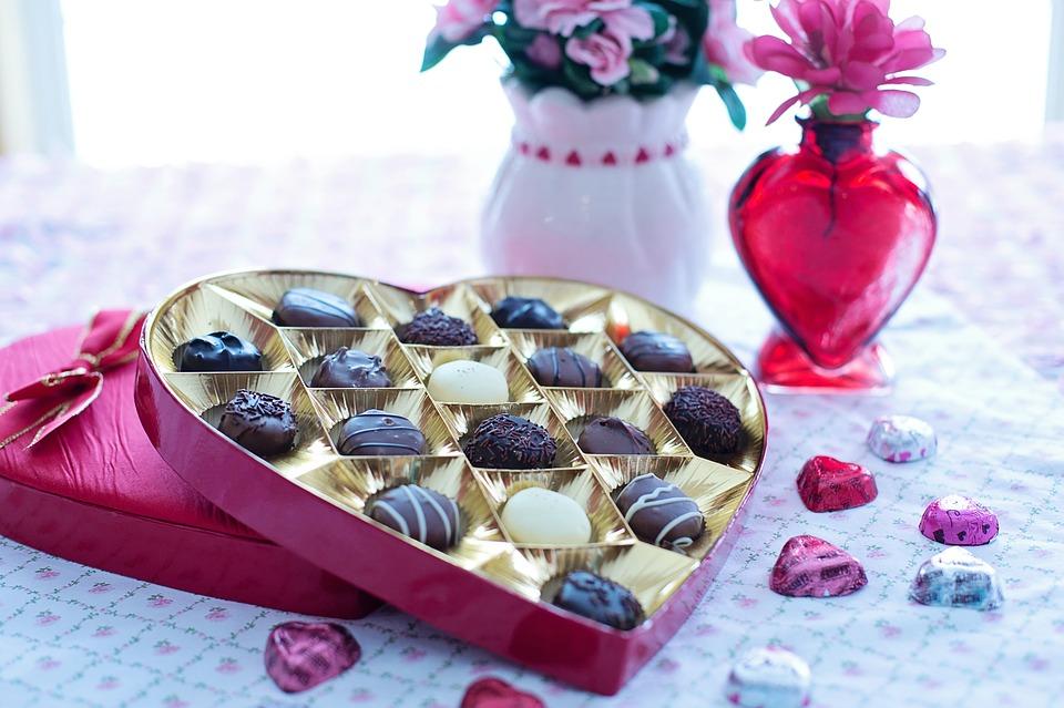 Opakowanie po czekoladkach jako pudełko na biżuterię DIY sprawdzi się świetnie!