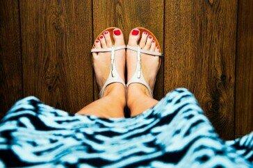 Spuchnięte stopy i zmęczone nogi – przypadłość, która najbardziej dokucza latem