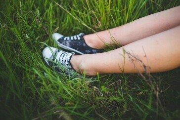 Pielęgnacja nóg przed, w trakcie i po depilacji – jak powinna wyglądać?